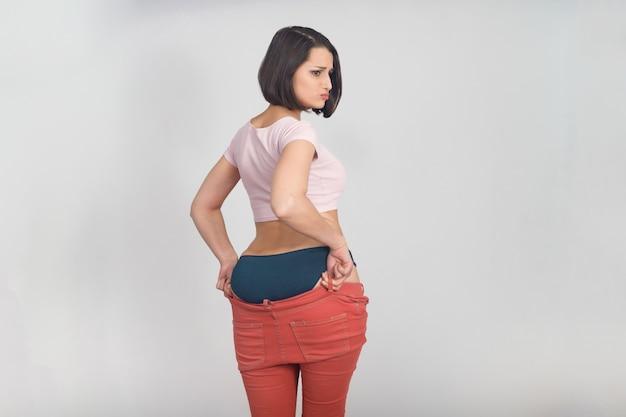 Zdenerwowana kobieta zdała sobie sprawę, że nadszedł czas, aby schudnąć. dieta, nadwaga, koncepcja otyłości.