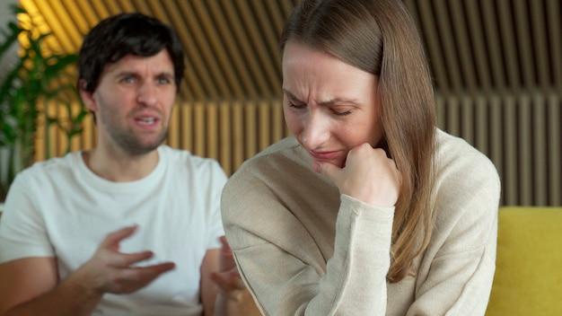 Zdenerwowana milcząca żona i wściekły kłócący się mężczyzna mówiący.