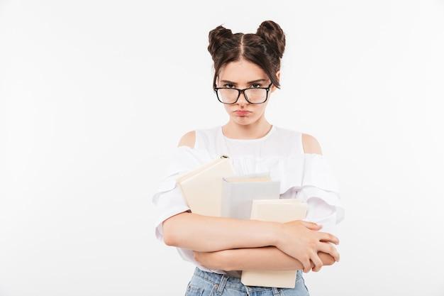 Zdenerwowana młoda dziewczyna w okularach przeciwsłonecznych