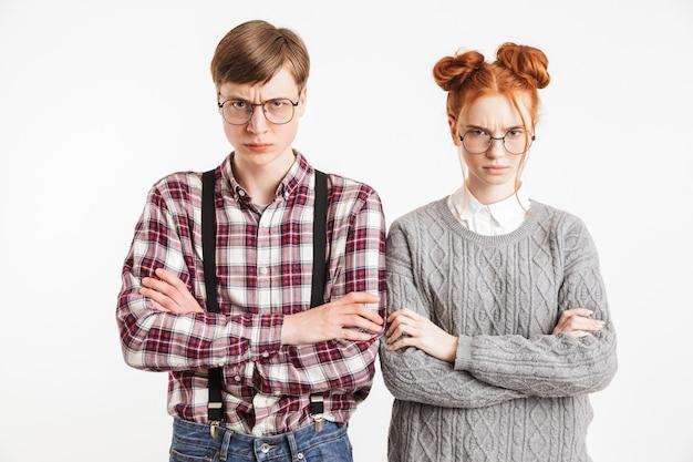 Zdenerwowana para szkolnych frajerów