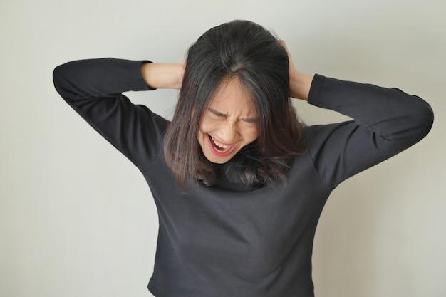 Zdenerwowana, zła kobieta krzycząca głośno, gdy wpada w szał lub wściekłość