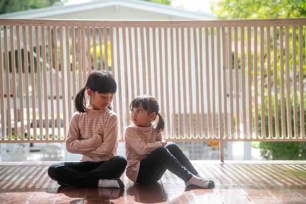 Zdenerwowane rodzeństwo ignorujące się nawzajem w domu