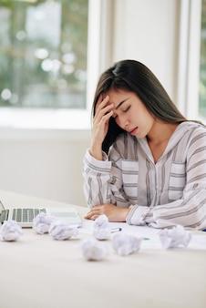 Zdenerwowany etniczne kobiety pisanie dokumentów
