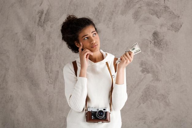 Zdenerwowany fotograf potrzebuje pieniędzy, trzymaj dolara