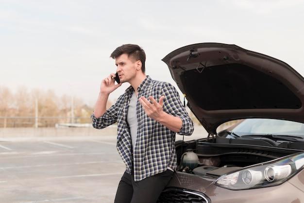 Zdenerwowany mężczyzna rozmawia przez telefon