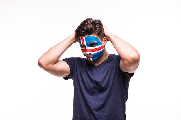 Zdenerwowany przegrany kibic wspierający reprezentację islandii z pomalowaną twarzą na białym tle