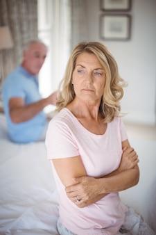 Zdenerwowany starszy para argumentując w sypialni
