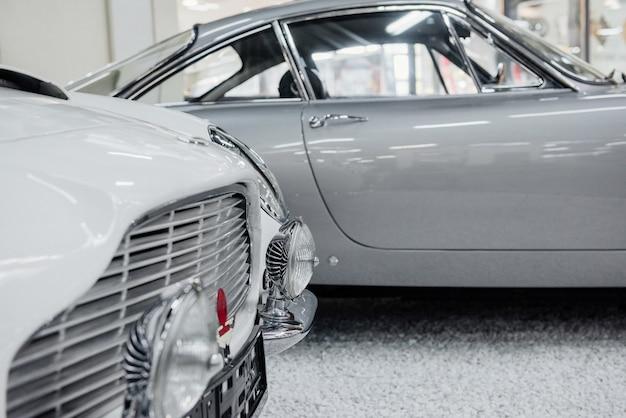 Zderzak i przednie reflektory dobrego polerowanego białego samochodu zabytkowego