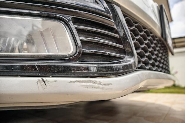 Zderzak samochodu porysowany lakier uszkodzenia