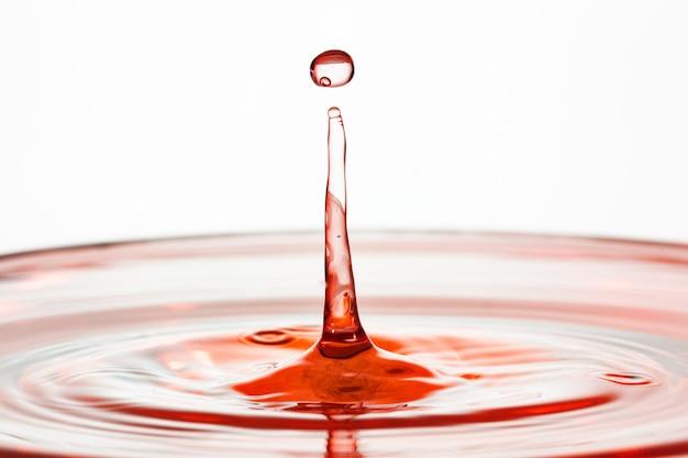 Zderzenie kropli wody z efektem abstrakcyjnym.