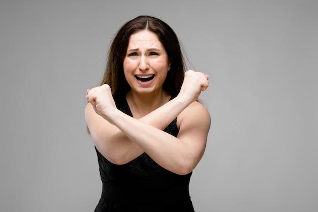 Zdesperowana kobieta z nadwagą w modnych ubraniach