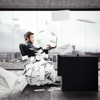 Zdesperowany mężczyzna w biurze na zbyt wiele e-maili