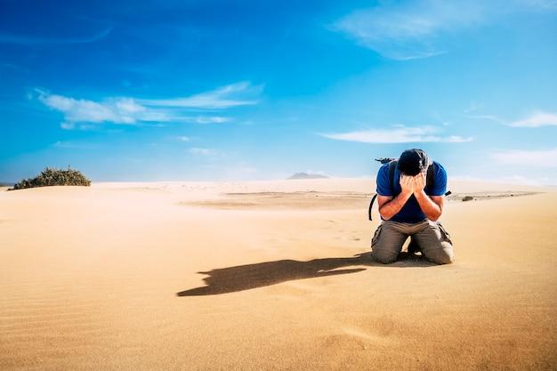 Zdesperowany samotny trekker sam na pustyni - ludzie żyjący w zmianach klimatu - słoneczny dzień na wydmach - backpacker z trudną - niebezpieczną koncepcją