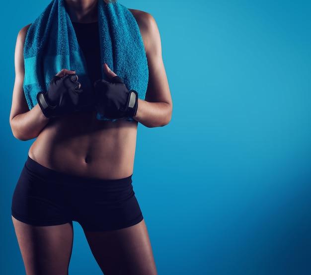 Zdeterminowana seksowna dziewczyna na siłowni gotowa do rozpoczęcia lekcji fitness