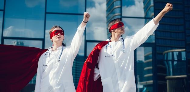 Zdeterminowani lekarze super bohaterowie są gotowi do pracy. zdjęcie z miejscem na kopię.