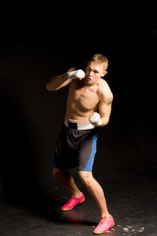 Zdeterminowany bokser rzucający cios