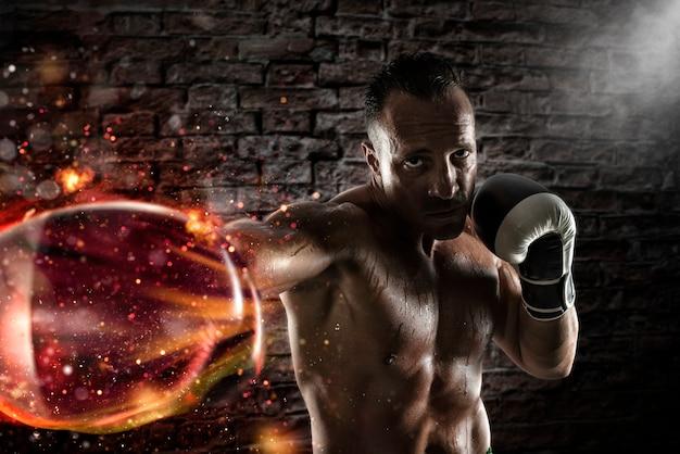 Zdeterminowany i pewny siebie bokser w ognistych rękawicach bokserskich