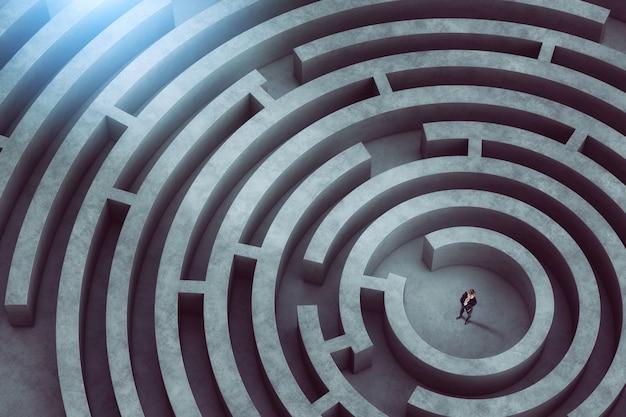 Zdezorientowany biznesmen myśli, jak znaleźć właściwą drogę wyjścia z wielkiego labiryntu