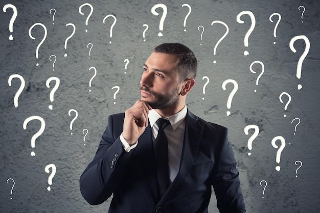 Zdezorientowany i zamyślony biznesmen martwiący się o przyszłość
