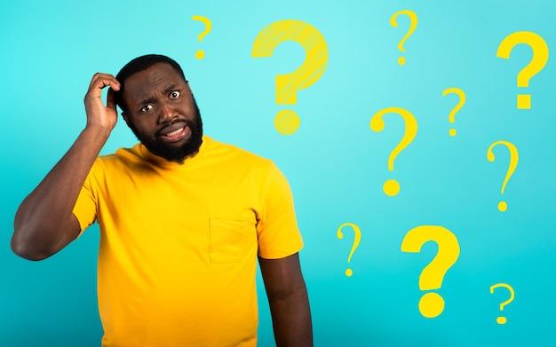 Zdezorientowany i zamyślony wyraz twarzy czarnego chłopca z wieloma pytaniami