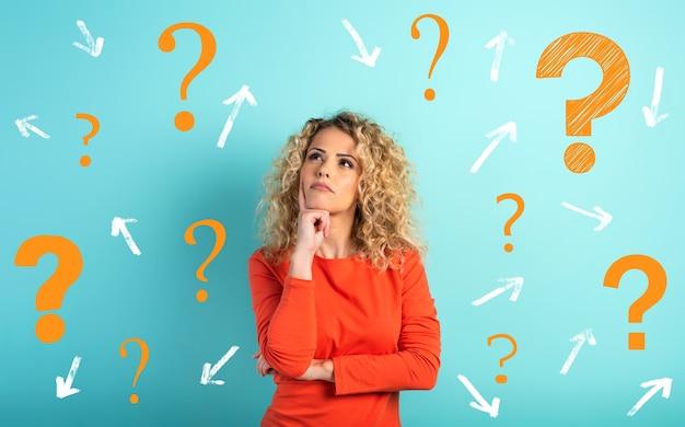 Zdezorientowany i zamyślony wyraz twarzy dziewczyny z wieloma pytaniami