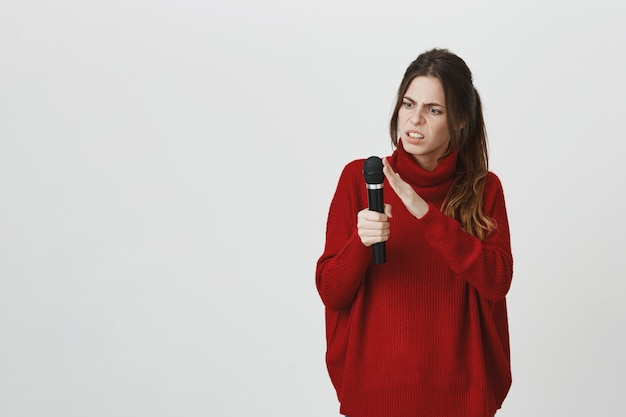 Zdezorientowany mikrofon dotykowy dziewczyny, sprawdź, czy działa