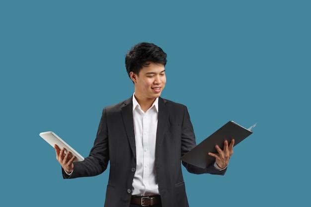 Zdezorientowany młody biznesmen czyta dokument
