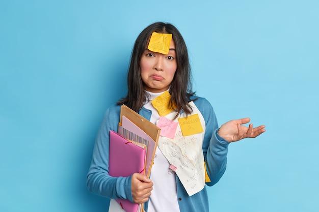 Zdezorientowany, niezdecydowany pracownik biurowy nie wie, jak sporządzić raport, ma termin, nosi samoprzylepne notatki przypominające o tym, co zrobić, aby pisemne informacje dotyczące uczenia się wyglądały na niezrozumiałe. kogo to obchodzi