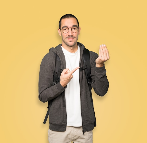 Zdezorientowany student wykonujący włoski gest niezrozumienia