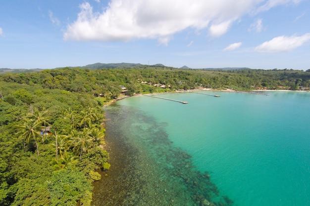 Zdj? cie lotnicze tropikalnej wyspie w turkusowej wodzie. luksusowe nadmorskie wille na tropikalnej wyspie kood, na wakacje wakacje koncepcji tła -boost do przetwarzania kolorów.