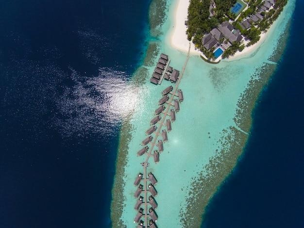 Zdj? cie lotnicze tropikalnej wyspie w turkusowej wodzie
