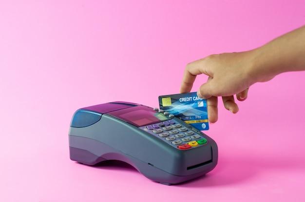 Zdjęcia dłoni i kart kredytowych dla firm internetowych. odpowiedzialność prawna