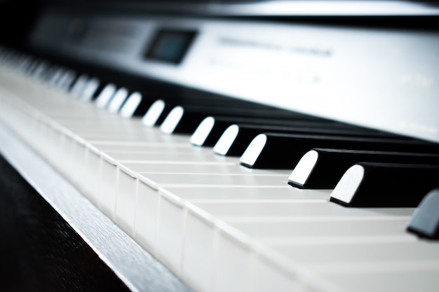 Zdjęcia fortepianowe w sali ćwiczeń muzycznych.