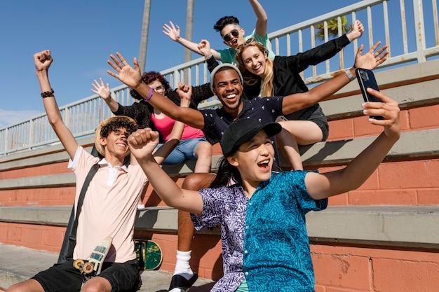 Zdjęcia Grupowe Najlepszych Przyjaciół, Lato W Venice Beach W Los Angeles Premium Zdjęcia