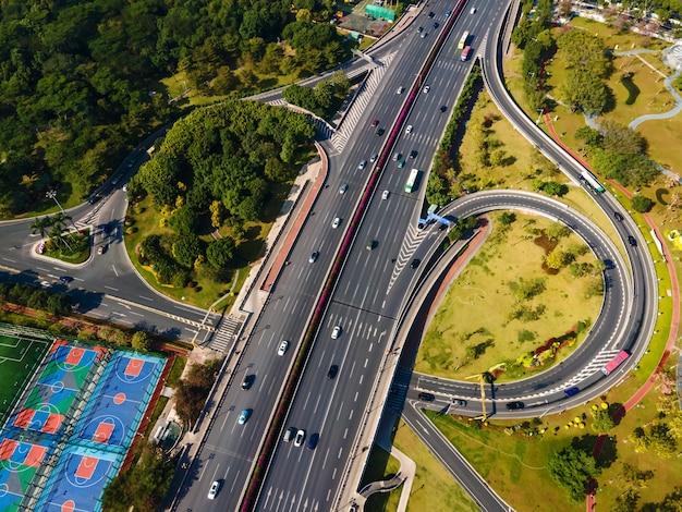 Zdjęcia lotnicze estakady krajobrazu miejskiego budynku