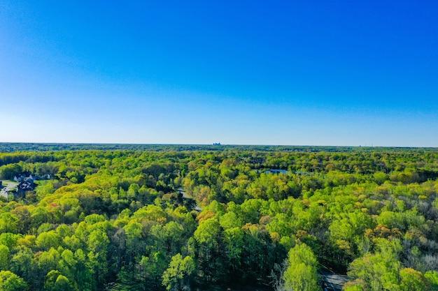Zdjęcia lotnicze greensboro w północnej karolinie na horyzoncie w pogodny wiosenny dzień
