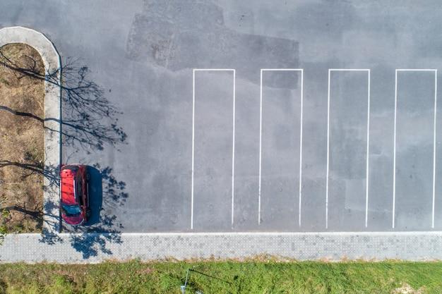 Zdjęcia lotnicze miejsc parkingowych z dużą ilością samochodów w parku.