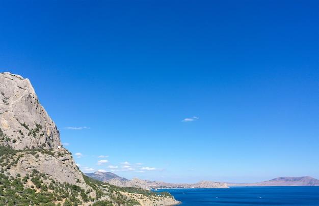 Zdjęcia lotnicze morza czarnego. słoneczna pogoda.