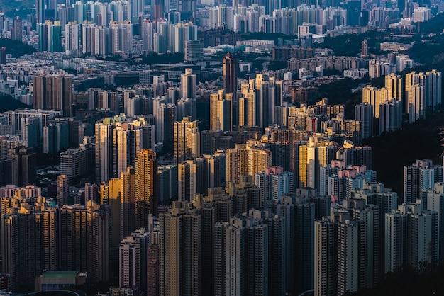 Zdjęcia lotnicze nowoczesnych budynków miejskiego miasta z pięknym niebem