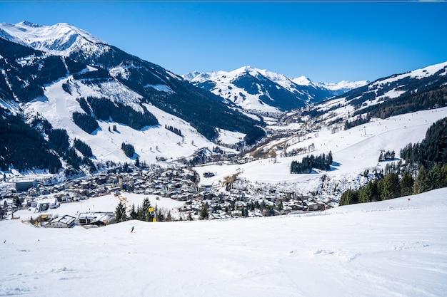 Zdjęcia lotnicze ośrodka snowboardowego na śniegu w świetle słonecznym