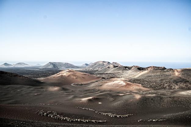 Zdjęcia lotnicze parku narodowego timanfaya na lanzarote w hiszpanii w świetle dziennym