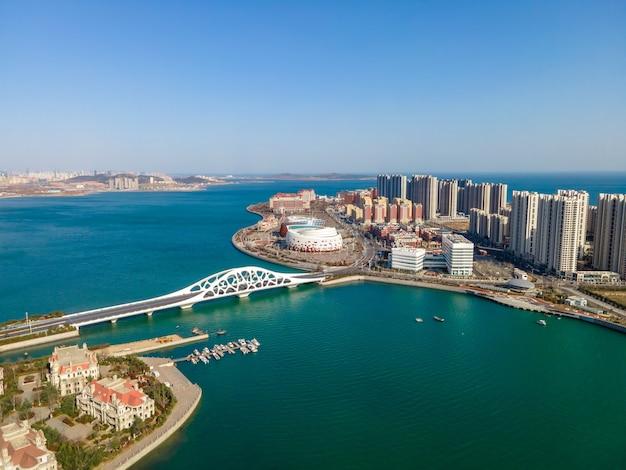 Zdjęcia lotnicze pięknego wybrzeża qingdao w chinach