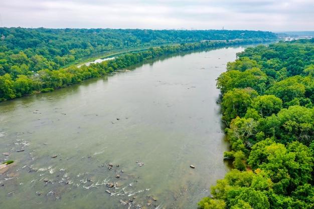 Zdjęcia lotnicze pięknej rzeki james w stanie wirginia, usa przy zachmurzonym niebie