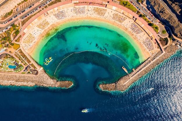 Zdjęcia lotnicze plaży amadores na wyspie gran canaria w hiszpanii