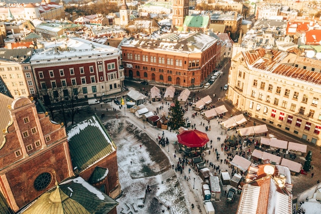 Zdjęcia lotnicze przedstawiające panoramę rygi zimą na łotwie