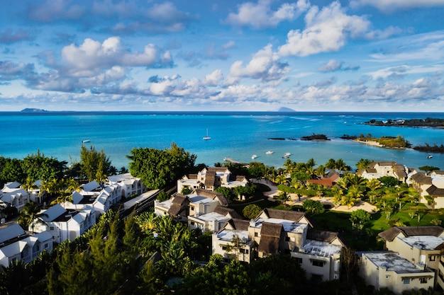 Zdjęcia lotnicze rafy koralowej i kompleksu hotelowego z plażami na mauritiusie, północno-wschodnim wybrzeżu wyspy mauritius.