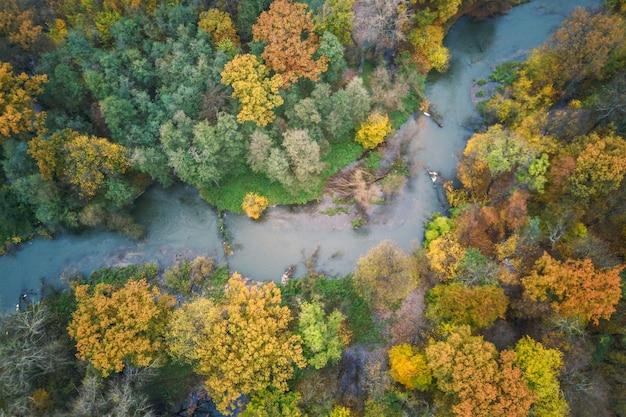Zdjęcia lotnicze rzeki i lasu jesiennego, krajobraz jesienny