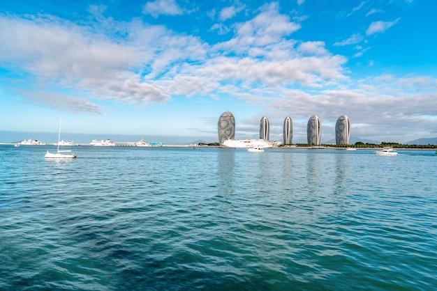Zdjęcia lotnicze scenerii wyspy sanya i nowoczesnej architektury