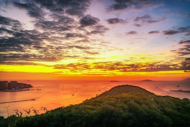 Zdjęcia lotnicze scenerii zatoki sanya i zachodu słońca