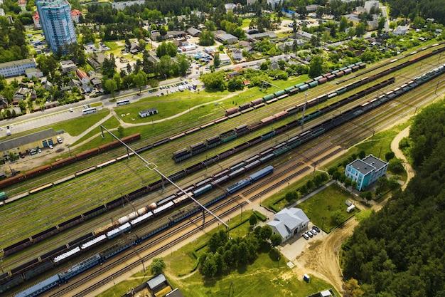 Zdjęcia lotnicze torów kolejowych i samochodów. widok z góry samochodów i kolei. mińsk. białoruś.